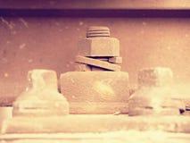 焦点的有选择性的领域 生锈的螺丝和坚果细节在老铁轨 具体领带 库存图片