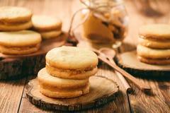 焦糖在木背景的一种油脂含量较高的酥饼 免版税库存照片