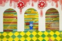 焦糖孩子作五颜六色的城堡背景 免版税图库摄影