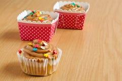 焦糖杯形蛋糕 免版税图库摄影