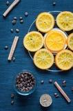 焦糖的桔子、桂香、蜡烛和咖啡豆 免版税库存图片