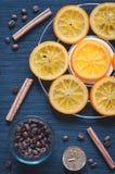 焦糖的桔子、桂香、蜡烛和咖啡豆 免版税库存照片