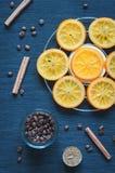 焦糖的桔子、桂香、蜡烛和咖啡豆 免版税图库摄影