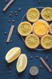 焦糖的桔子、桂香和芳香蜡烛 库存图片