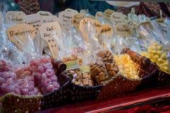 焦糖糖果在圣诞节市场上 免版税库存图片