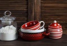 仍然厨房生活 玻璃瓶子用面粉和葡萄酒陶器-杯子、碗、瓶子和平底锅 库存照片