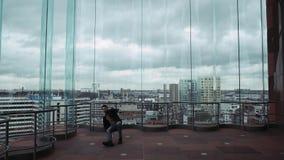 从然后跳舞的摩天大楼的一个人忽略城市地平线,剪影,谈话在电话  在  影视素材