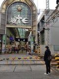 然后通过横跨铁路轨道的等待的火车对Otesuji市场在神西区 免版税库存图片