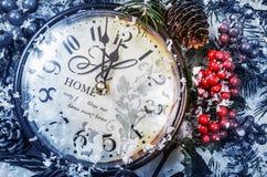 仍然圣诞节生活 在雪的老时钟 库存照片