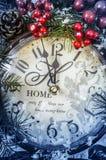 仍然圣诞节生活 在雪的老时钟 免版税图库摄影