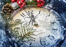 仍然圣诞节生活 在雪的老时钟 库存图片