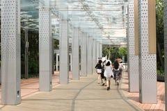 仍然感到美丽的新加坡的妇女热,即使走道被盖 图库摄影