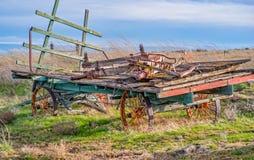 仍然显示它明亮的颜色的老干草无盖货车在中南部的华盛顿 库存照片
