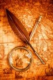 仍然生活葡萄酒 在古老地图的葡萄酒项目 免版税库存图片