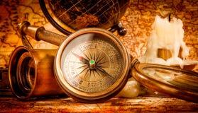 仍然生活葡萄酒 在古老地图的葡萄酒项目 库存照片