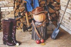 仍然秋天生活 南瓜,工具,木头,帽子,在门廊的起动 免版税库存图片