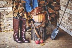 仍然秋天生活 南瓜,工具,木头,帽子,在门廊的起动 库存图片