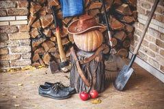 仍然秋天生活 南瓜,树桩,轴,木头,在门廊的帽子 免版税图库摄影