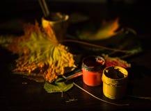 仍然秋天生活 叶子和刷子 库存照片