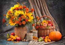 仍然秋天生活 花、水果和蔬菜 免版税图库摄影