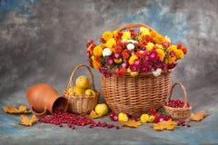 仍然秋天生活 花、水果和蔬菜 免版税库存照片