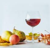 仍然秋天生活 金黄的叶子苹果和梨 图库摄影