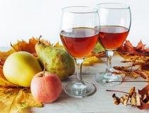 仍然秋天生活 金黄的叶子苹果和梨 库存照片