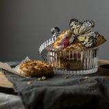 仍然1寿命 在花瓶和蝴蝶的曲奇饼 免版税库存图片