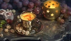 仍然1寿命 在葡萄酒摩洛哥人盘子的传统东方甜点 免版税库存照片