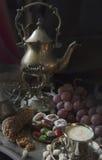 仍然1寿命 在葡萄酒摩洛哥人盘子的传统东方甜点 图库摄影