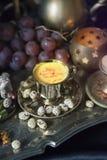 仍然1寿命 在葡萄酒摩洛哥人盘子的传统东方甜点 库存图片
