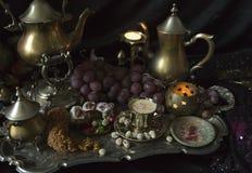 仍然1寿命 在葡萄酒摩洛哥人盘子的传统东方甜点 免版税图库摄影