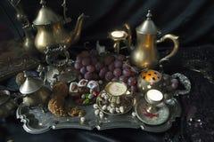 仍然1寿命 在葡萄酒摩洛哥人盘子的传统东方甜点 免版税库存图片