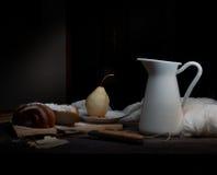 仍然1寿命 梨和一个水罐在黑暗的背景的牛奶 老绘画,葡萄酒 免版税库存图片