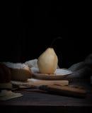 仍然1寿命 梨和小甜面包在黑暗的背景 老绘画,葡萄酒 库存照片