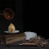 仍然1寿命 梨和旧书在黑暗的背景 绘画,葡萄酒 库存照片