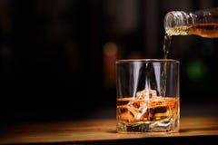 仍然1寿命 灌入或威士忌酒对玻璃 免版税库存图片
