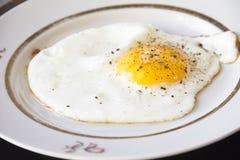 煎的背景接近的鸡蛋查出白色的牌照 免版税库存图片