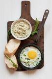 煎蛋、乳酪调味料、大面包和芝麻菜 免版税图库摄影