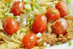 煎蛋充塞了在板材的印地安蘑菇顶部切片西红柿 图库摄影