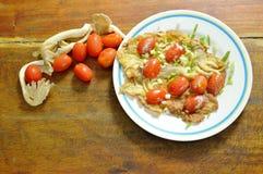 煎蛋充塞了在板材的印地安蘑菇顶部切片西红柿 免版税库存图片