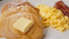 煎蛋卷与黄油早餐的烟肉薄煎饼 免版税图库摄影