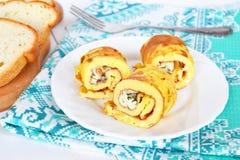 煎蛋卷劳斯用在板材的乳酪,面包,叉子 库存图片