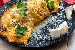 煎蛋卷和蔬菜沙拉在陶瓷板材 石背景选择聚焦 免版税库存照片