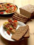 煎蛋卷和黑麦面包 免版税库存图片