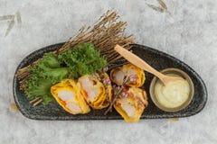 煎蛋卷套可儿螃蟹棍子顶视图服务与莴苣和山葵在灰色石板材的色拉调味品在washi 库存图片