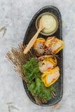 煎蛋卷套可儿螃蟹棍子顶视图服务与莴苣和山葵在灰色石板材的色拉调味品在washi 免版税图库摄影