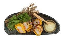 煎蛋卷套可儿螃蟹棍子顶视图服务与莴苣和山葵在灰色石板材的色拉调味品在washi 库存照片