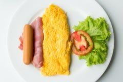 煎蛋卷早餐用蕃茄和菜在盘 库存图片