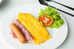 煎蛋卷早餐用蕃茄和菜在盘 免版税库存图片